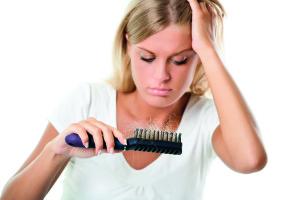 Haarausfall Frau blond mit Bürste_300dpi